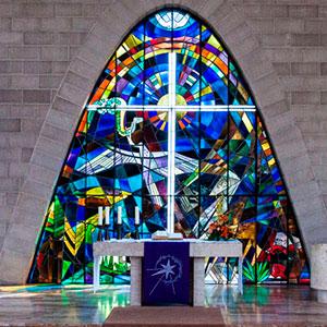 Blick auf das bute Fenster vor dem Altar